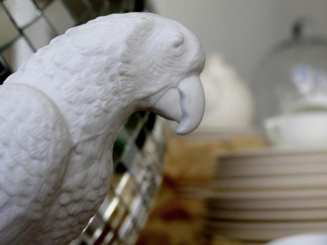 Papagei aus Biskuitporzellan