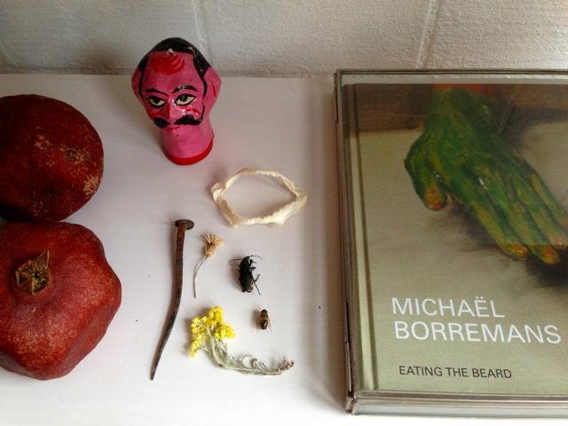 Puppenkopf von Hay mit Haigebiss, Granatäpfeln, toten Käfern und Dracula-Nagel.