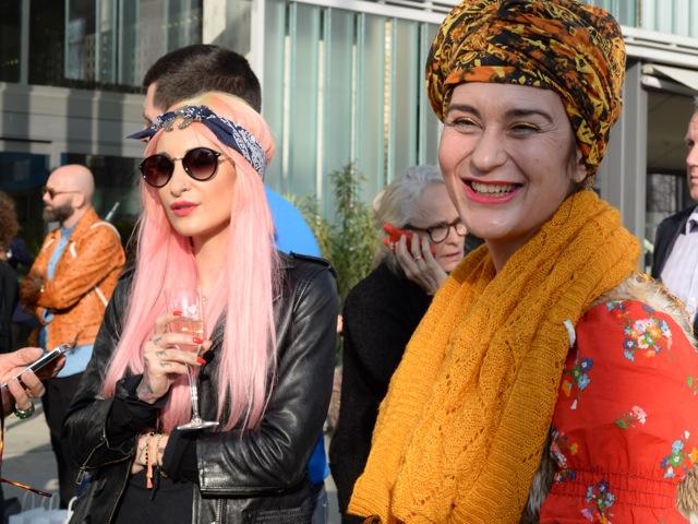 Blonde Wildkatze und Gwand-Legende Suzanna Vock.
