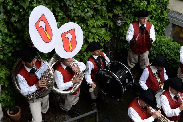 Die Kantonspolizeimusik spielt für Riesbach