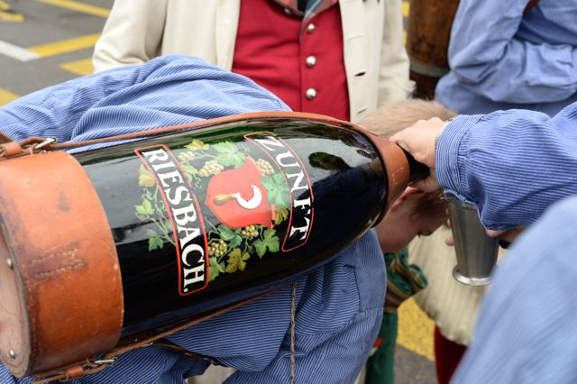 Der Wein fliesst auch während des Marsches