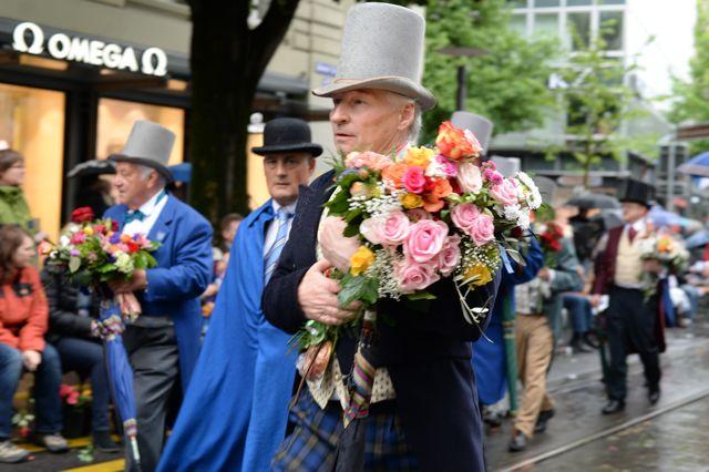 Prominente werden mit Blumen überhäuft