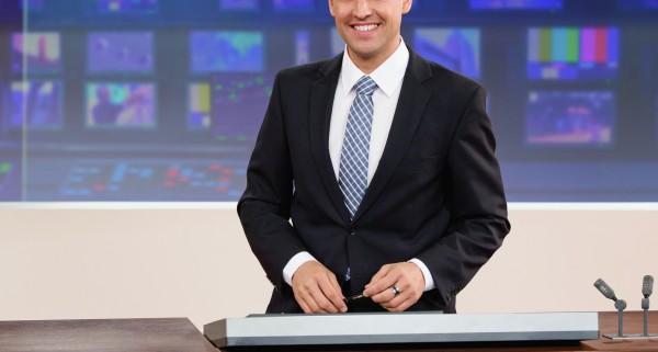 Mario Grossniklaus, Moderator Tagesschau, im Newsstudio. Foto: SRF/Oscar Alessio