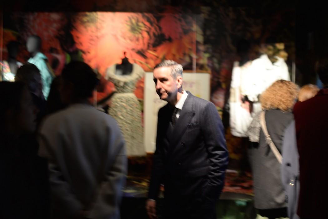 Dries van Noten unscharf im Halbdunkel des Modemuseums.