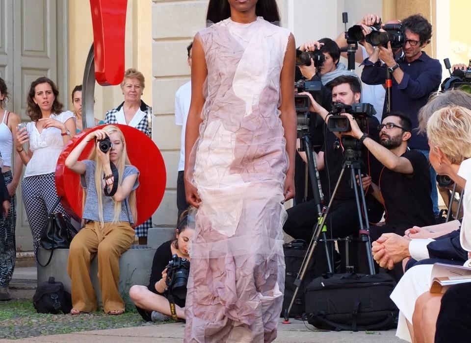 Veronica Ponzano mit Stoffen von Filtex