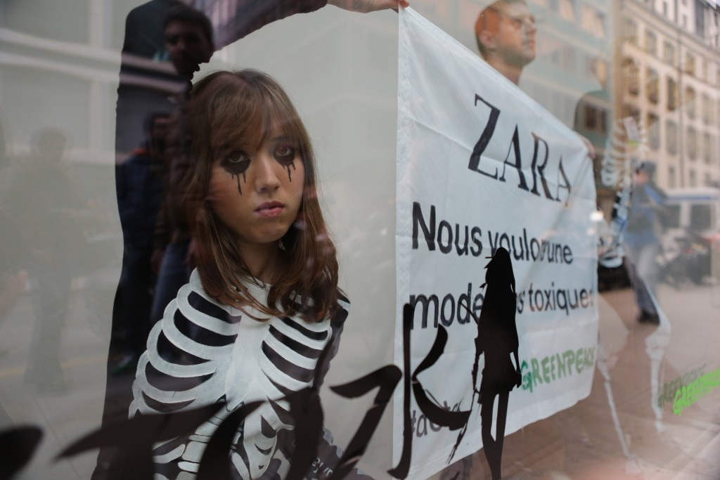 "Aktion ""Detox"" von Greenpeace, November 2012 bei Zara in Genf. ©Greenpeace/alban Kakulya"