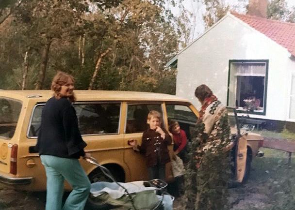 Der erste Volvo-Kombi, ein 145er – das Foto ist aus 1973, die sechsköpfige Kinderschar war bereits komplett, der jüngste im Kinderwagen.